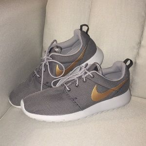 Shoes - Gray roshe runs with gold Nike swoosh